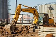 挖掘机执行挖掘工作 免版税图库摄影
