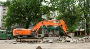 挖掘机挖掘沥青 图库摄影