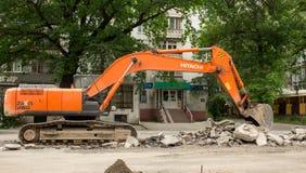 挖掘机挖掘沥青 免版税库存照片