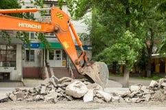 挖掘机挖掘沥青 库存照片