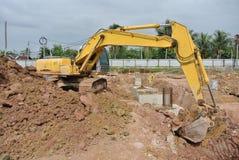 挖掘机机器用于在建造场所挖掘土壤 免版税图库摄影
