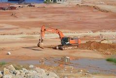 挖掘机机器用于在建造场所挖掘土壤 图库摄影