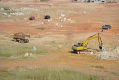 挖掘机机器用于在建造场所挖掘土壤 免版税库存照片