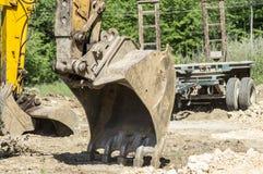挖掘机桶和胳膊在地面上 库存图片