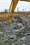 挖掘机桶开掘的岩石 免版税库存图片