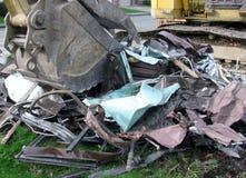 挖掘机桶特写镜头在房子爆破位置的 库存图片