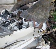 挖掘机桶特写镜头在房子爆破位置的 免版税库存图片