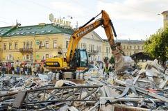 挖掘机毁坏大厦 免版税库存照片