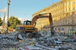 挖掘机毁坏大厦 库存图片