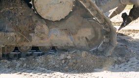 挖掘机毛虫特写镜头特写镜头在黏土和沼泽,继续前进地面 股票录像