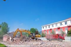 挖掘机爆破房子 免版税图库摄影
