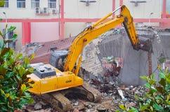 挖掘机爆破房子 库存图片