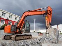 挖掘机爆破房子 免版税库存图片