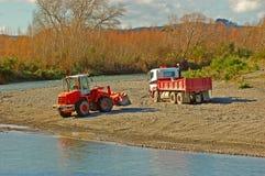 挖掘机的卡车 免版税库存照片