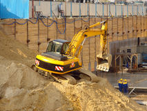 挖掘机的堆沙子 图库摄影