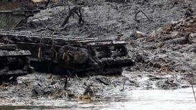 挖掘机的宽桶发现从河的底部的土壤 清洗和加深渠道 股票录像