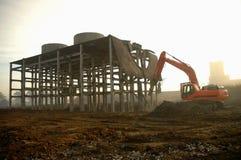 挖掘机的折除的废墟 免版税库存照片