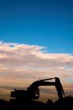 挖掘机的日落 免版税库存图片