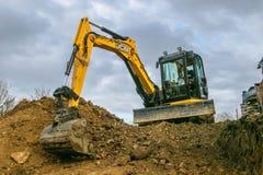 挖掘机的移动的土壤 免版税库存图片