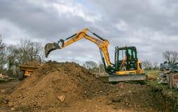 挖掘机的移动的土壤 免版税库存照片