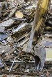 挖掘机老砖瓦房的桶和废墟 库存图片