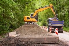 挖掘机装货地球 免版税图库摄影