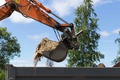 挖掘机装货地面 库存图片