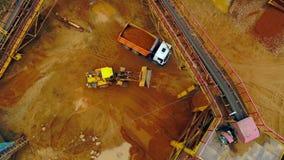 挖掘机装载者在倾销者卡车的装载沙子 鸟瞰图 沙子工作 影视素材