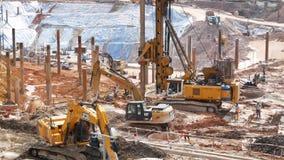 挖掘机装载者在土壤运动的工作在建造场所,工作者在站点附近能看的工作 影视素材