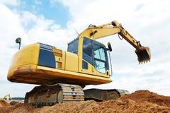 挖掘机装载者在大量掘土的工作 图库摄影