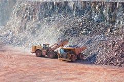 挖掘机装货倾销者卡车在猎物矿 库存照片