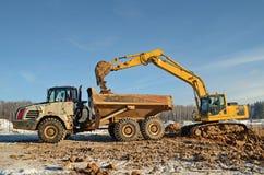 挖掘机装货倾销者 免版税库存图片