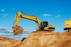 挖掘机装货卸车倾销者 库存图片