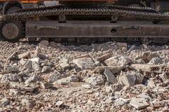 挖掘机轨道瓦砾残骸过度负荷  免版税图库摄影