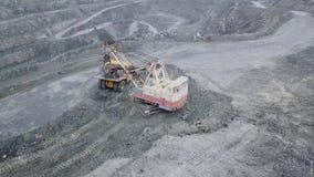 挖掘机顶视图在露天开采矿的 挖掘机睡着在倾销者的瓦砾在矿物的提取的室外猎物 影视素材