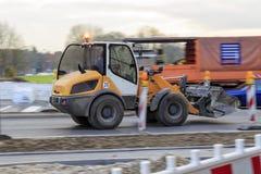 挖掘机驱动在道路工程在慕尼黑市 免版税库存照片