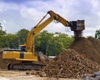 挖掘的设备审查土壤 免版税库存图片