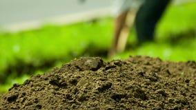 挖掘者开掘缆绳的一个沟槽 股票视频