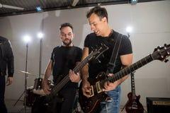 挖沟音乐的岩石吉他弹奏者 库存照片