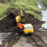 挖泥机倾销者卡车 免版税库存图片