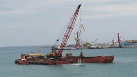 挖泥机船在Iraklion劫掠从港口按钮的沙子并且装载船 克利特希腊 覆盖多暴风雨的天气 股票录像