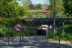 挖洞在铁路下在Alleroed在丹麦 库存图片