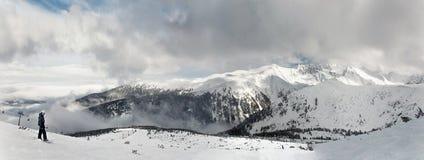 挡雪板和雪板呆在一起在手上坐在山背景的大岩石 班斯科,保加利亚 库存照片