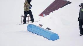 挡雪板在喷射器跳在山的滑雪胜地 极其体育运动 人们 跳板 挑战 股票录像