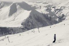 挡雪板在多雪的滑雪倾斜和长平底船推力下降 图库摄影