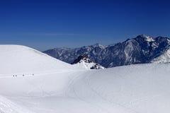 挡雪板在小径移动向滑雪道倾斜太阳天 库存图片
