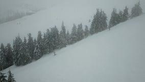 挡雪板在山的上面与推力的上升 影视素材