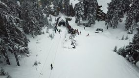 挡雪板在山的上面与推力的上升 股票视频