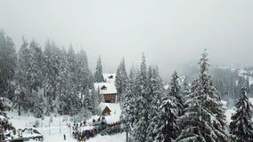 挡雪板在山的上面与推力的上升 股票录像