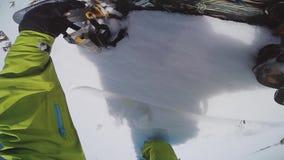 挡雪板在backcountry乘驾的顶面多雪的山起来 晒裂 极其 股票录像